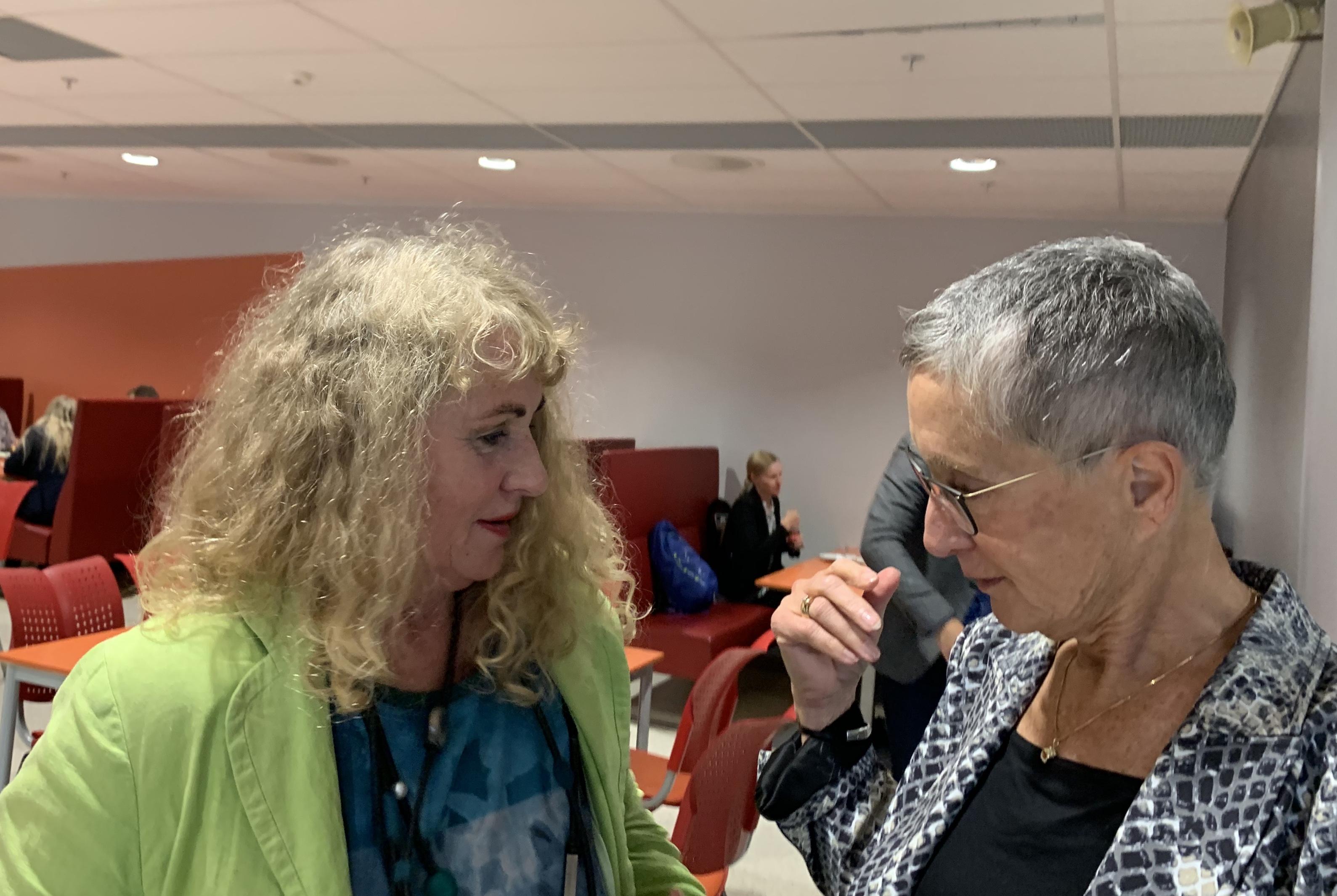 Professor Peggy Brønn og Randi Kveine utveksler erfaringer